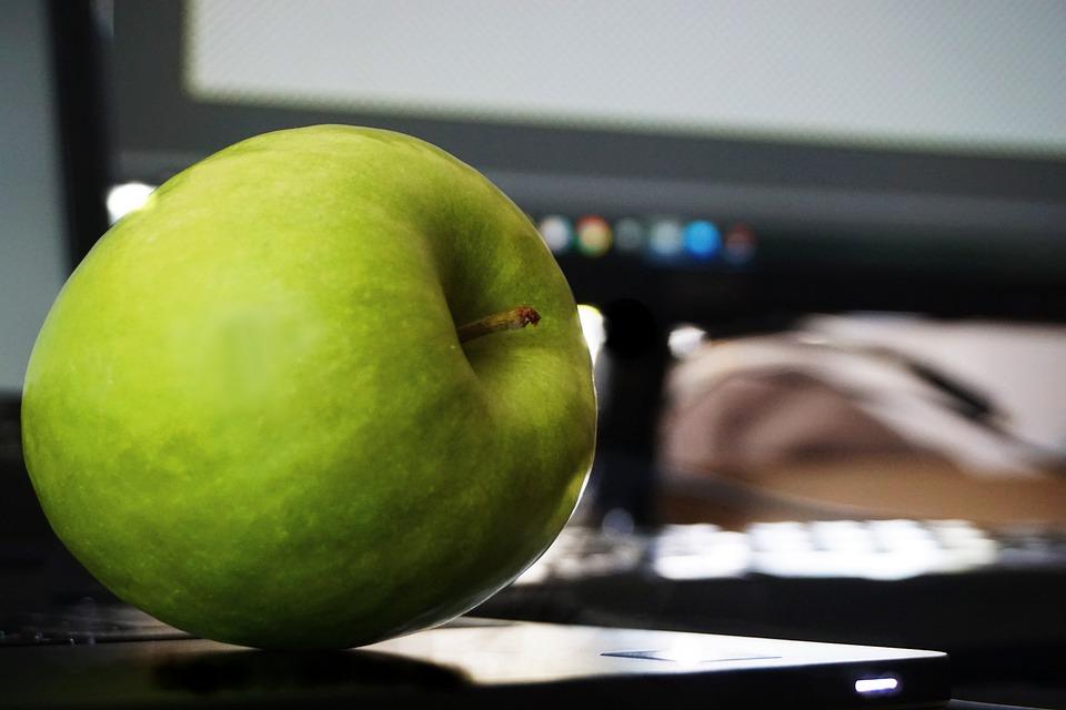 Grønt æble og computer