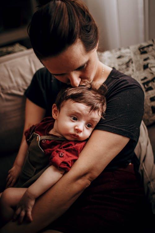 Mor kysser og krammer barn